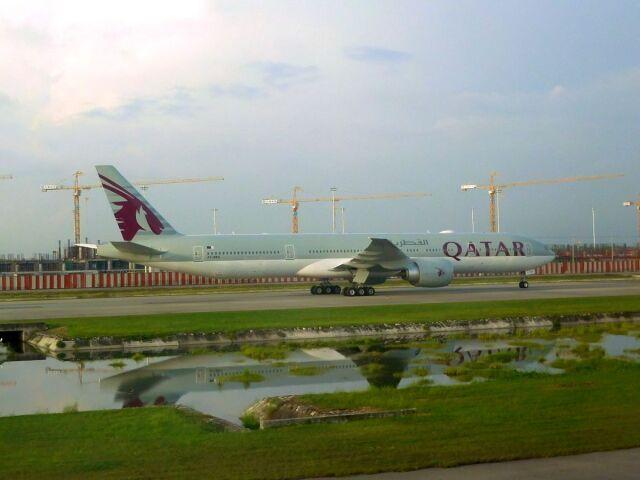 まいけるさんが、スワンナプーム国際空港で撮影したカタール航空 777-3DZ/ERの航空フォト(飛行機 写真・画像)