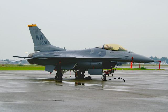 れぐぽよさんが、小松空港で撮影したアメリカ空軍 F-16CM-50-CF Fighting Falconの航空フォト(飛行機 写真・画像)