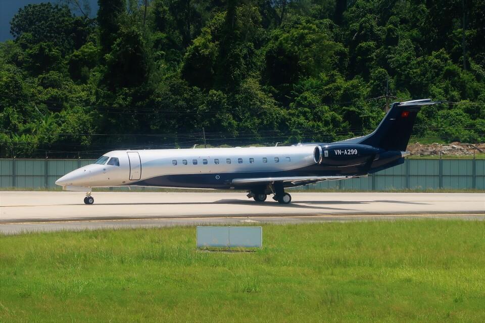 Hiro Satoさんのベトナム企業所有 Embraer ERJ-135 (VN-A299) 航空フォト