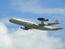 musaeru25cさんが、嘉手納飛行場で撮影したアメリカ空軍 E-3B Sentry (707-300)の航空フォト(飛行機 写真・画像)