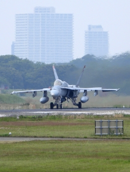 チャレンジャーさんが、厚木飛行場で撮影したアメリカ海兵隊 F/A-18C Hornetの航空フォト(飛行機 写真・画像)