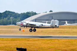 まいけるさんが、ファンボロー空港で撮影したザ・フライングブルズ B-25J Mitchellの航空フォト(飛行機 写真・画像)