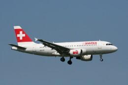 NIKEさんが、ロンドン・ヒースロー空港で撮影したスイスインターナショナルエアラインズ A319-112の航空フォト(飛行機 写真・画像)