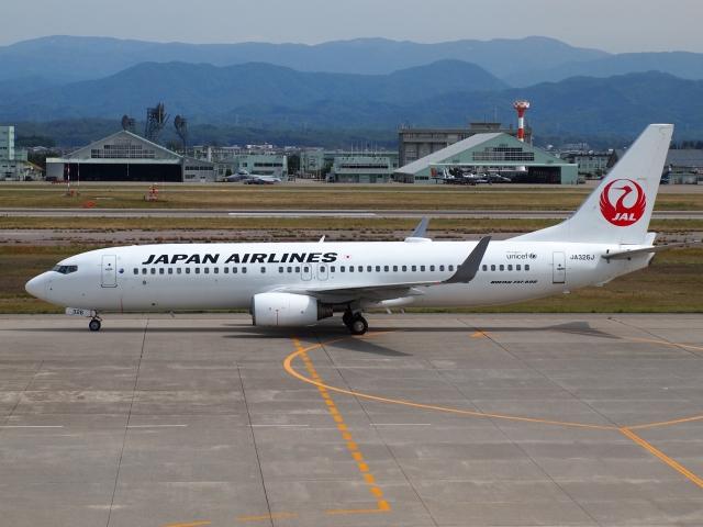 FT51ANさんが、小松空港で撮影した日本航空 737-846の航空フォト(飛行機 写真・画像)