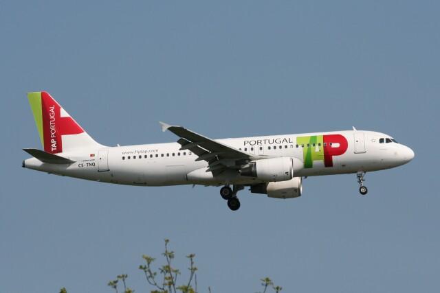 NIKEさんが、ロンドン・ヒースロー空港で撮影したTAPポルトガル航空 A320-214の航空フォト(飛行機 写真・画像)