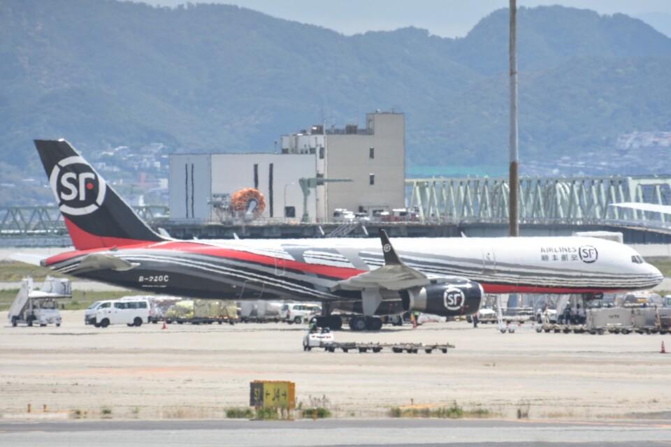 M.TさんのSF エアラインズ Boeing 757-200 (B-220C) 航空フォト