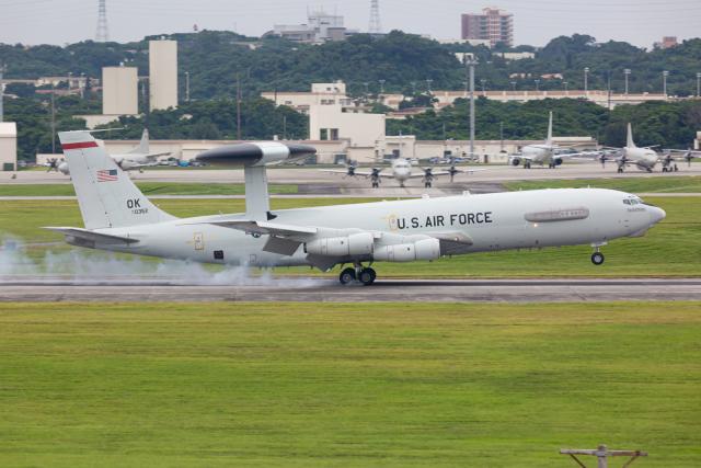 (新)ふぁんとむ改さんが、嘉手納飛行場で撮影したアメリカ空軍 E-3B Sentry (707-300)の航空フォト(飛行機 写真・画像)