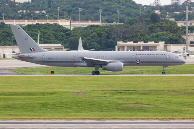(新)ふぁんとむ改さんが、嘉手納飛行場で撮影したニュージーランド空軍 757-2K2の航空フォト(飛行機 写真・画像)