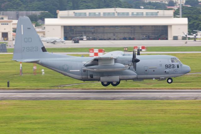 (新)ふぁんとむ改さんが、嘉手納飛行場で撮影したアメリカ海兵隊 KC-130J Herculesの航空フォト(飛行機 写真・画像)