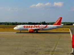 TA27さんが、ベルリン・テーゲル空港で撮影したイージージェット A320-214の航空フォト(飛行機 写真・画像)