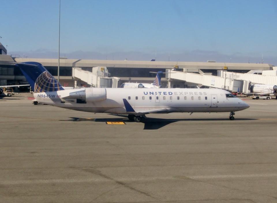TA27さんのスカイウエスト Bombardier CRJ-200 (N964SW) 航空フォト