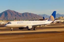 TA27さんが、フェニックス・スカイハーバー国際空港で撮影したユナイテッド・エクスプレス ERJ-170-200 LR (ERJ-175LR)の航空フォト(飛行機 写真・画像)