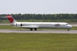 プルシアンブルーさんが、新千歳空港で撮影した日本航空 MD-90-30の航空フォト(飛行機 写真・画像)