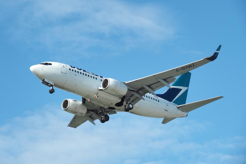 thomasYVRさんのウェストジェット Boeing 737-700 (C-GYWJ) 航空フォト