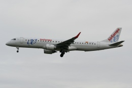 NIKEさんが、ロンドン・ガトウィック空港で撮影したエア・ヨーロッパ ERJ-190-200 LR (ERJ-195LR)の航空フォト(飛行機 写真・画像)
