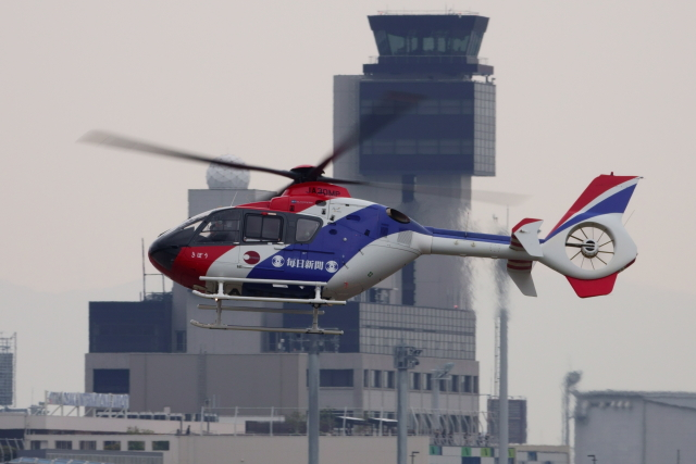 kaz787さんが、伊丹空港で撮影した毎日新聞社 EC135T1の航空フォト(飛行機 写真・画像)