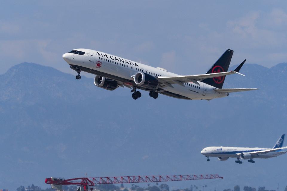 LAX Spotterさんのエア・カナダ Boeing 737 MAX 8 (C-FSES) 航空フォト