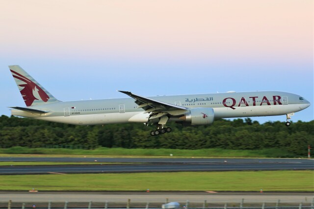 みるぽんたさんが、成田国際空港で撮影したカタール航空 777-3DZ/ERの航空フォト(飛行機 写真・画像)