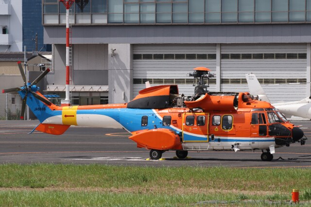 KAZFLYERさんが、東京ヘリポートで撮影した新日本ヘリコプター AS332L1 Super Pumaの航空フォト(飛行機 写真・画像)