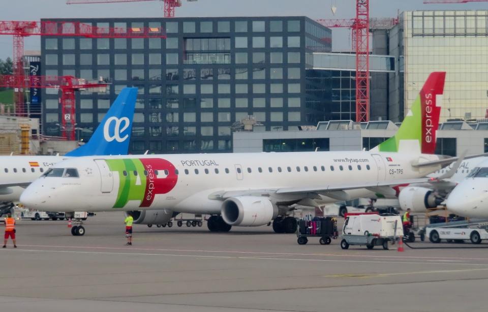 TA27さんのポルトガリア航空 Embraer 190 (CS-TPS) 航空フォト