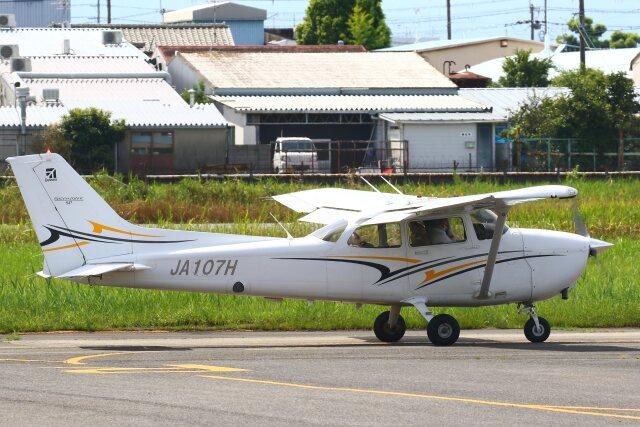 khideさんが、八尾空港で撮影した学校法人ヒラタ学園 航空事業本部 172S Skyhawk SPの航空フォト(飛行機 写真・画像)