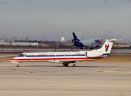 TA27さんが、オヘア国際空港で撮影したアメリカン・イーグル ERJ-140LRの航空フォト(飛行機 写真・画像)