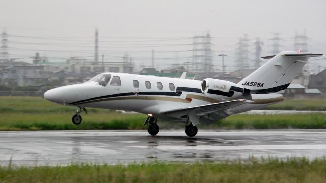 航空見聞録さんが、八尾空港で撮影した安藤商会 525A Citation CJ1の航空フォト(飛行機 写真・画像)