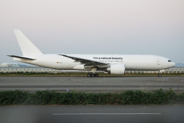 青春の1ページさんが、関西国際空港で撮影したルフトハンザ・カーゴ 777-F1Hの航空フォト(飛行機 写真・画像)