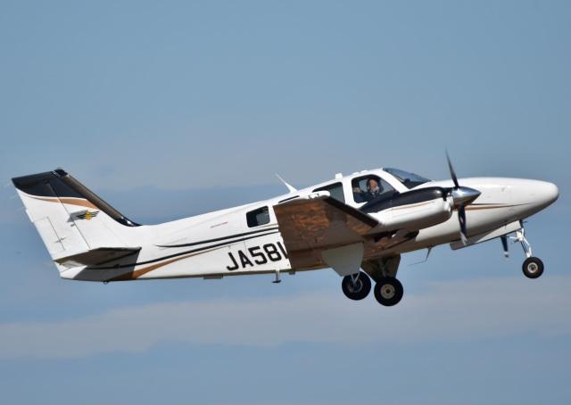 くつおばけくんさんが、秋田空港で撮影した航空大学校 G58 Baronの航空フォト(飛行機 写真・画像)