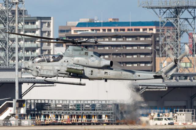 (新)ふぁんとむ改さんが、福岡空港で撮影したアメリカ海兵隊 AH-1Z Viperの航空フォト(飛行機 写真・画像)