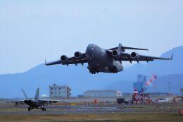 kazuchiyanさんが、岩国空港で撮影したアメリカ空軍 C-17A Globemaster IIIの航空フォト(飛行機 写真・画像)