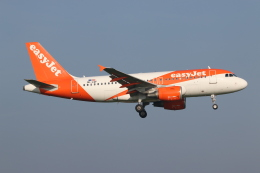 NIKEさんが、アムステルダム・スキポール国際空港で撮影したイージージェット・ヨーロッパ A319-111の航空フォト(飛行機 写真・画像)
