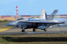 kazuchiyanさんが、岩国空港で撮影したアメリカ海兵隊 F/A-18C Hornetの航空フォト(飛行機 写真・画像)