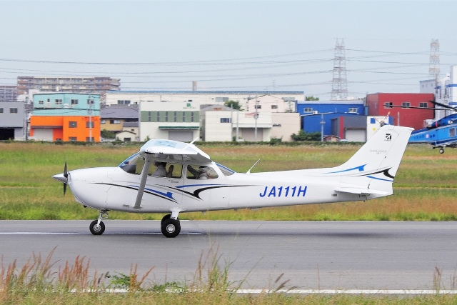 mild lifeさんが、八尾空港で撮影した学校法人ヒラタ学園 航空事業本部 172S Skyhawk SPの航空フォト(飛行機 写真・画像)