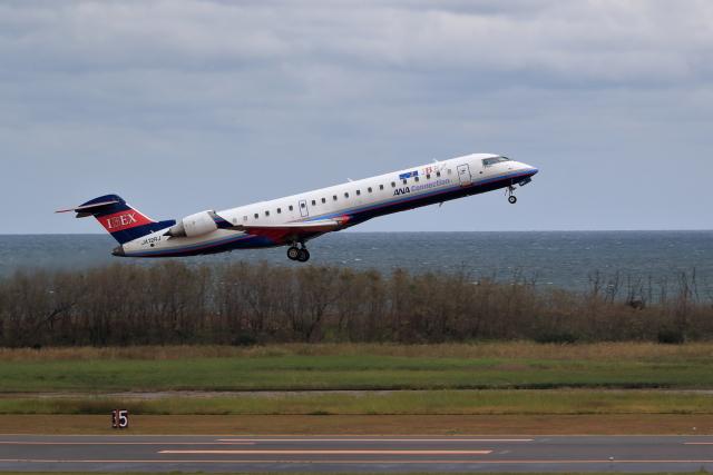 TAKAHIDEさんが、新潟空港で撮影したアイベックスエアラインズ CL-600-2C10(CRJ-702ER)の航空フォト(飛行機 写真・画像)