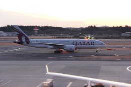 mitsuさんが、成田国際空港で撮影したカタール航空 777-2DZ/LRの航空フォト(飛行機 写真・画像)