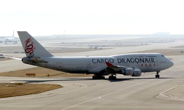 MOHICANさんが、関西国際空港で撮影した香港ドラゴン航空 747-412(BCF)の航空フォト(飛行機 写真・画像)