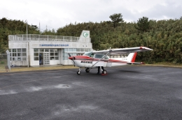 ライトレールさんが、薩摩硫黄島飛行場で撮影した新日本航空 172P Skyhawkの航空フォト(飛行機 写真・画像)