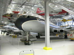 やまばとさんが、ダックスフォード飛行場で撮影したブリティッシュ・オーバーシーズ・エアウェイズ (BOAC) DH.106 Comet 4の航空フォト(飛行機 写真・画像)